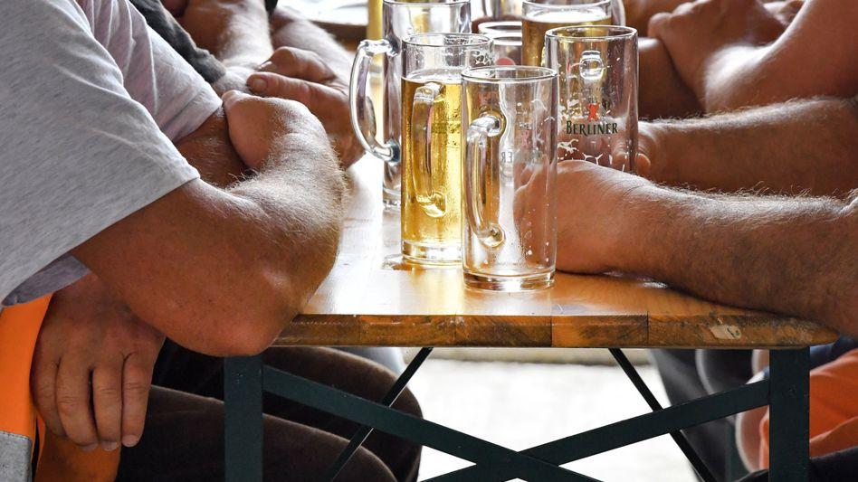 Bierkonsum (hier bei einem Richtfest): Vor allem bei jüngeren Menschen geht der Alkoholkonsum zwar zurück - doch immerhin 34,5 Prozent der Alkoholtrinker in Deutschland konsumieren mindestens ein Mal fünf oder mehr Gläser an einem Tag