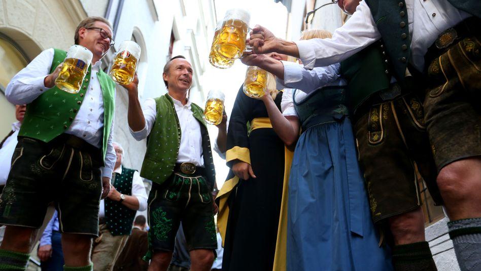 Münchner Brauereibesitzer stoßen auf den Wiesn-Beginn an