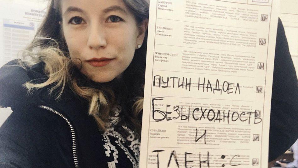 """Aktivistin mit ungültigem Stimmzettel: """"Wir haben die Nase voll von Putin"""""""
