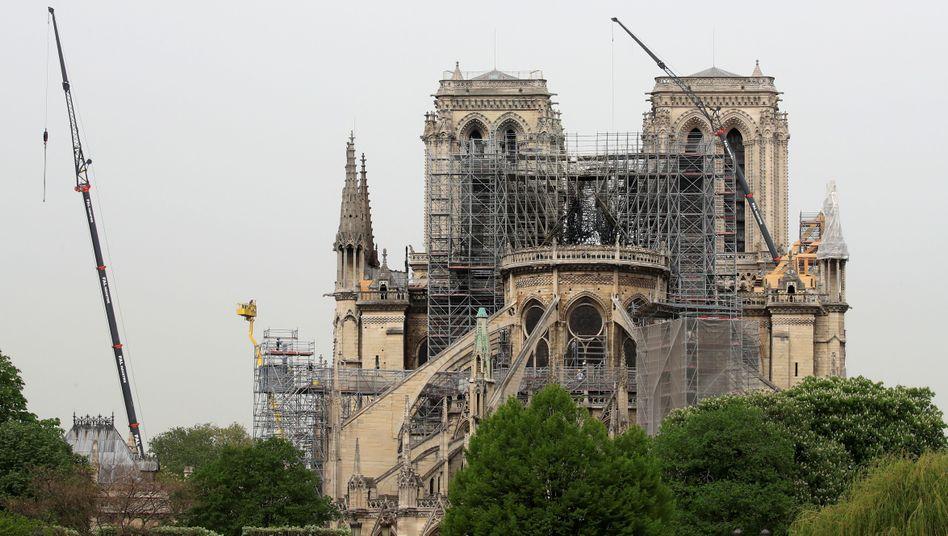 Noch immer überspannt ein Baugerüst das zerstörte Dach der Kathedrale Notre-Dame