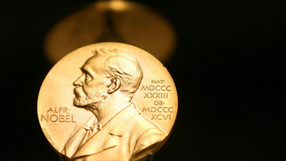 """Medaillie mit dem Konterfei Nobels: """"Justitia eine Prostituierte"""""""
