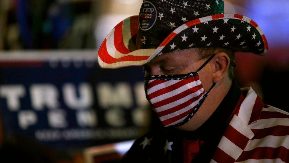 Ein Trump-Anhänger vor einem Wahllokal in Philadelphia während der Stimmenauszählung