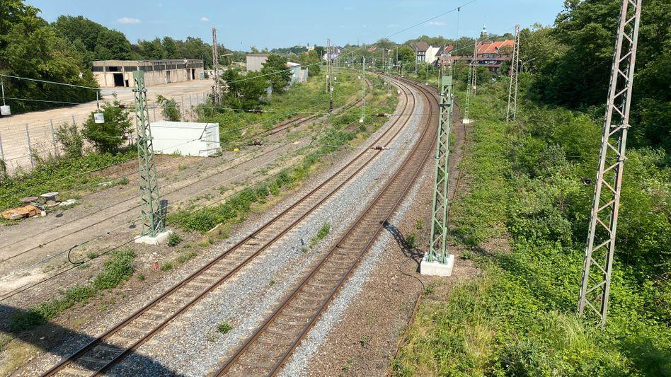 Rechts der Gleise könnte ein Radschnellweg verlaufen, doch die Deutsche Bahn hat die Trasse in Essen-Kray mit neuen Oberleitungsmasten verstellt