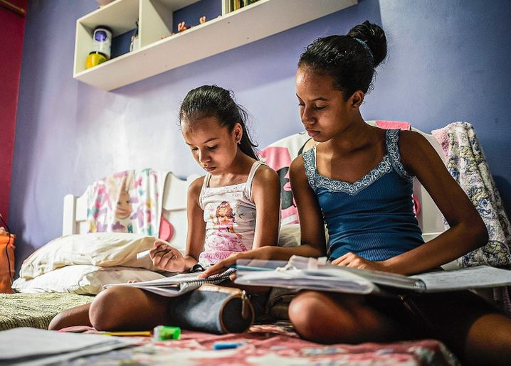 The twins Esther and Deborah in Brazil: Nobody knows when schooling will return to normal.