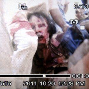 Dieses Bild einer Handykamera soll die erste Aufnahme Gaddafis nach dem Gefecht sein, die Authentizität ist nicht bestätigt