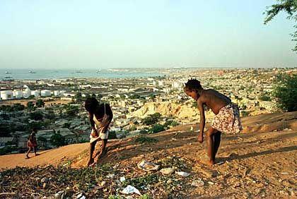 Korrution blüht: Angolanische Kinder spielen in der Nähe der Hauptstadt Luanda