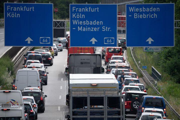 Autos stauen sich am Montagmorgen im Berufsverkehr auf der A66