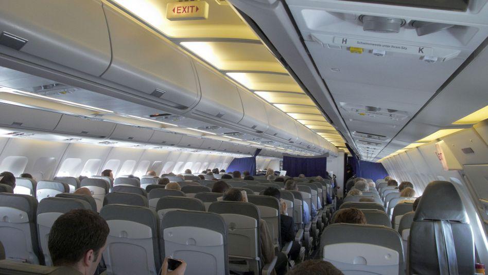 Economy-Klasse in einem Airbus: Für viele Passagiere sind enge Sitzabstände eine Qual