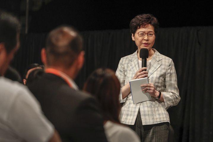 Carrie Lam, Regierungschefin von Hongkong, hat ein Vermummungsverbot erlassen - die Proteste dagegen sind groß