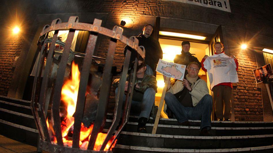 Mitglieder der St.-Barbara-Gemeinde besetzen im Dezember 2011 aus Protest in Duisburg ihre Kirche: Erste Selbstverwaltung