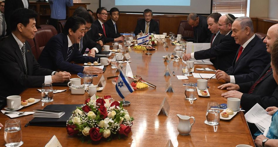 Shinzo Abe (2.v.l.) und Benjamin Netanyahu (3.v.r)