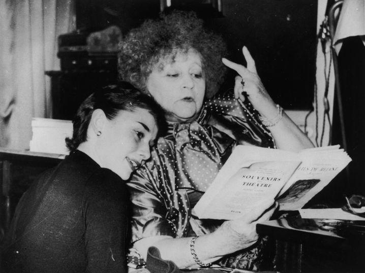 """Mythos mit Strubbelhaar: Colette und Audrey Hepburn 1951 beim Proben für die Broadway-Komödie """"Gigi"""""""