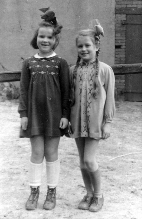 Reinstorf, Februar 1946: Berthild Tourrenc (r.) wohnt nach der Flucht mit Mutter und Bruder bei einem Bauern, wie auch ihre Freundin Heidi