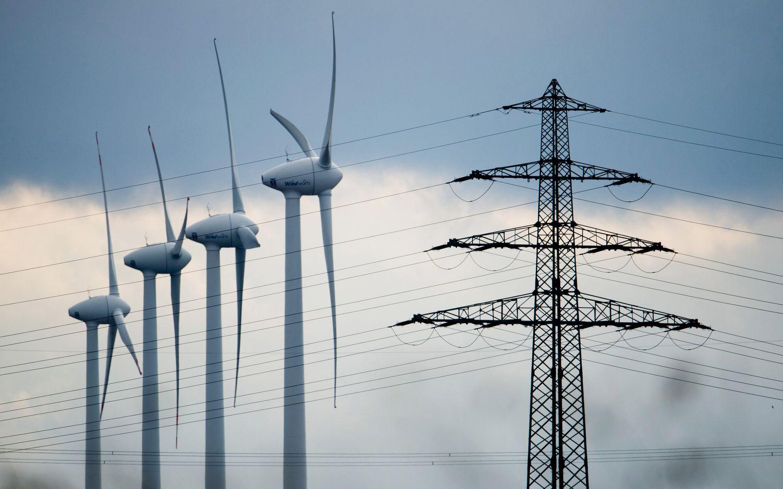Energiewende / Windräder / Strommasten