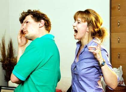 """Streitendes Ehepaar: Für die Verarbeitung von """"Sie schreit"""" braucht das Gehirn weniger Ressourcen als für """"Sabine schreit"""""""