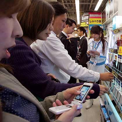 Japanerin mit Handy: Romantische Romane im Miniaturformat