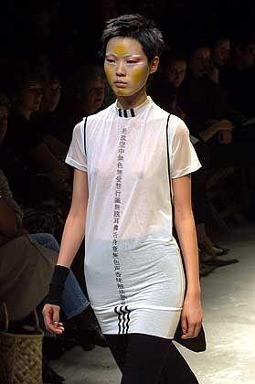 Subtile Erotik: weiße Bluse mit japanischen Schriftzeichen von Yohji Yamamoto