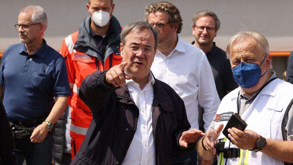 Armin Laschet besucht gemeinsam mit Helfern eine Notunterkunft in Erftstadt