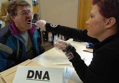 Mann bei Speichelprobe: Neue Methode ermöglicht Identifizierung auch ohne Spermien