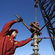 Ein chinesischer Arbeiter auf einem Ölfeld: Nachfrage steigt stärker als Angebot