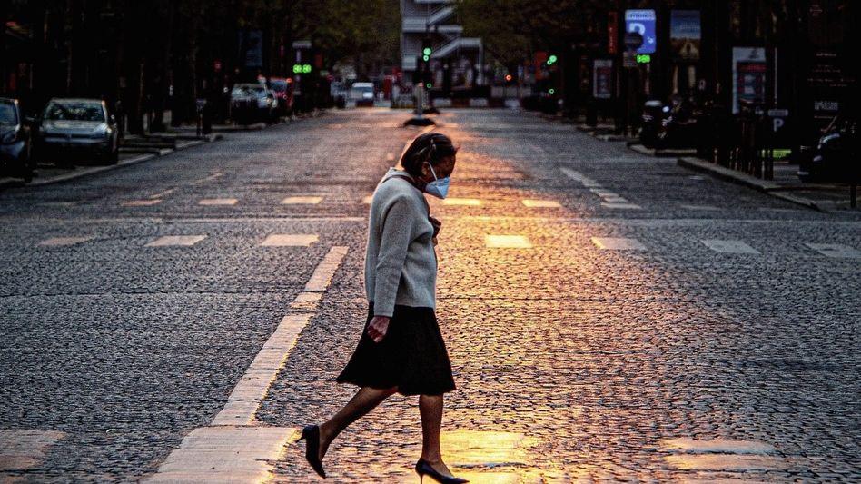 Fußgängerin auf Pariser Boulevard im April: Bedenke, dass du sterben wirst