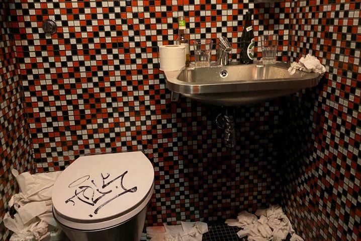 Toilette des Klubs Culture Box am Sonntagmorgen