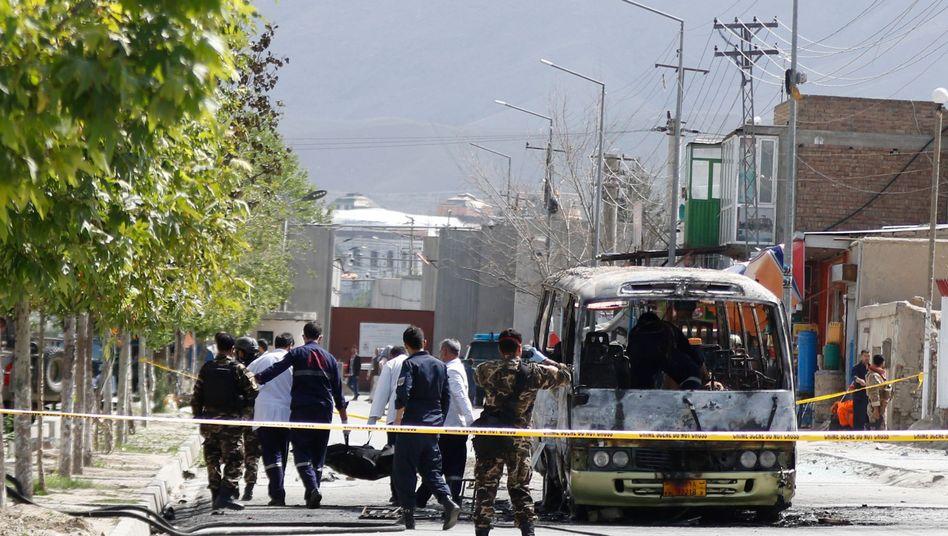 Sanitäter tragen einen Verwundeten nach einem Anschlag in Kabul (Archiv vom 04.06.2019)
