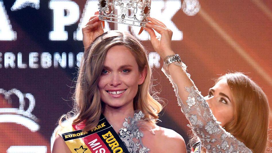 """Anahita Rehbein setzt Nadine Berneis im Februar 2019 die Krone zur """"Miss Germany"""" auf"""