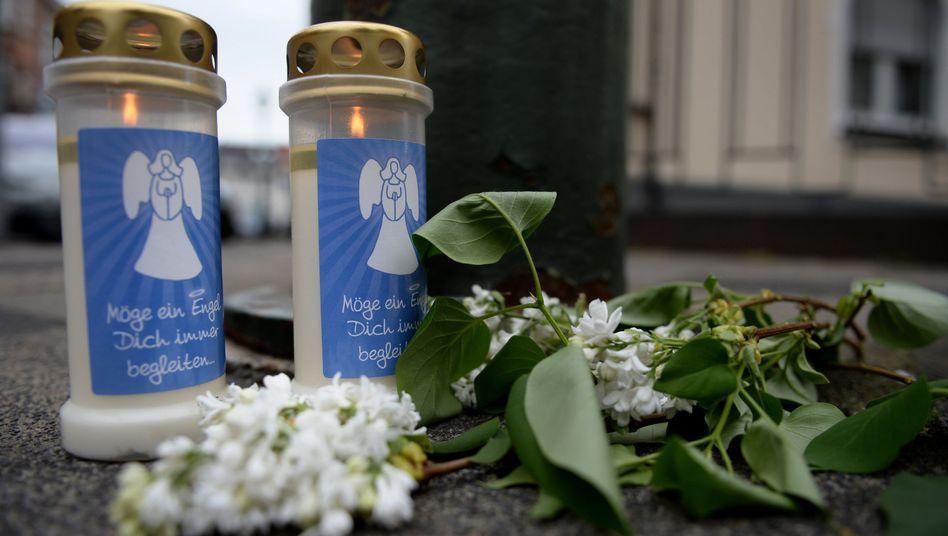 Kerzen und Blumen vor Klinik in Düsseldorf: Kein strafbares Verhalten