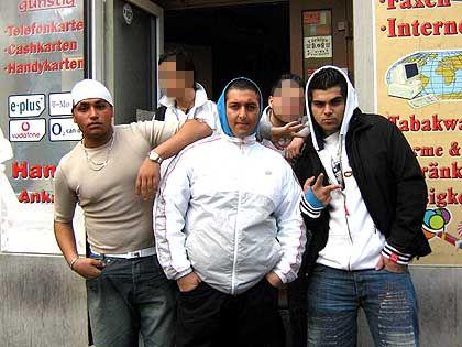 """Burak (r.) und seine Freunde vor dem Callcenter in der Wrangelstraße: """"Die zu kriegen ist jetzt unsere Sache, nicht mehr die der Polizei"""""""