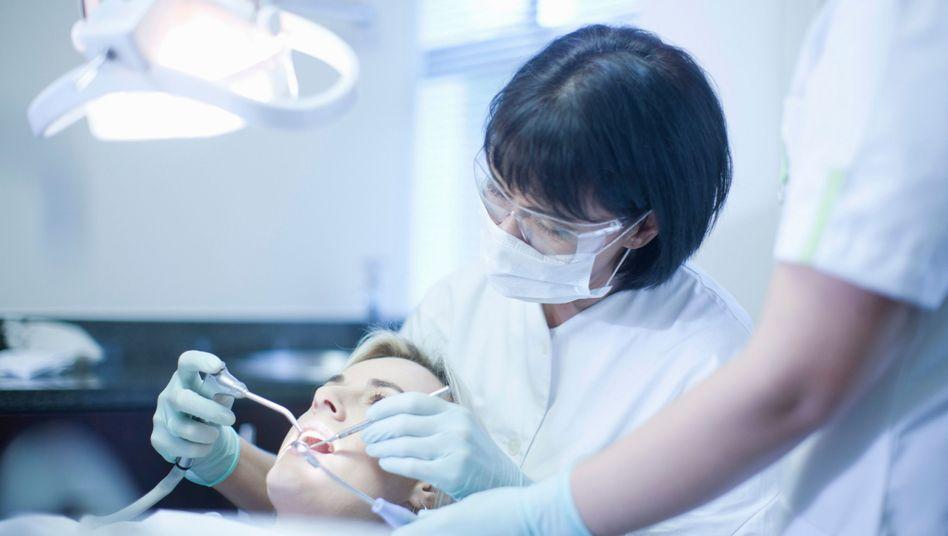 Besuch beim Zahnarzt: Karies ist nur noch ein geringes Problem