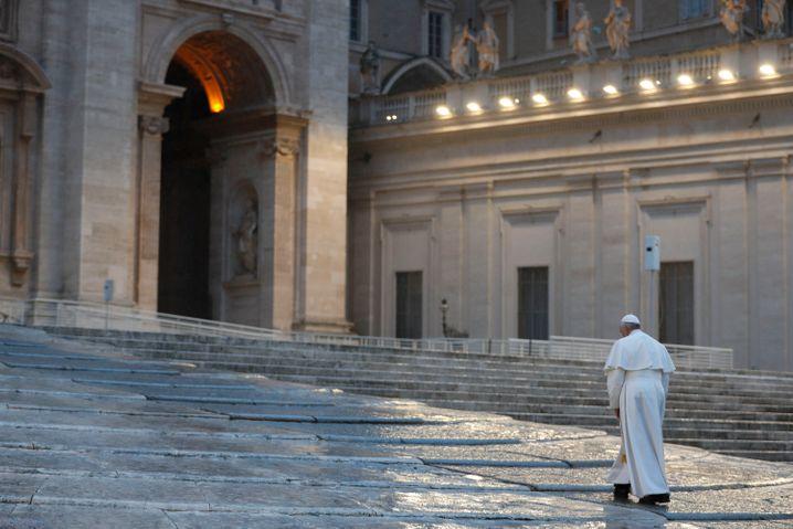 Papst Franziskus allein auf dem Petersplatz