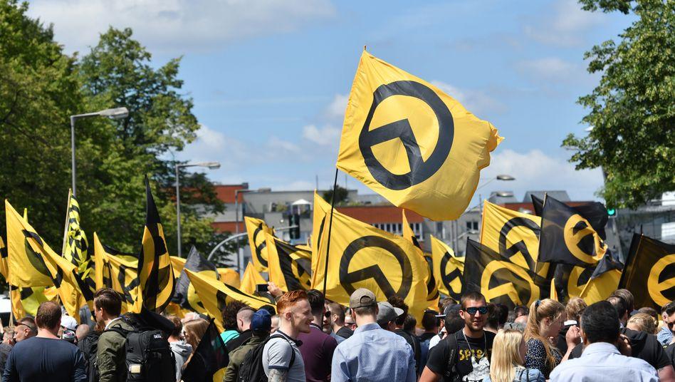 """Anhänger der """"Identitären Bewegung"""" in Berlin (Archivaufnahme)"""