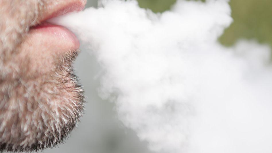 Der Dampf von E-Zigaretten enthält deutlich weniger Schadstoffe als herkömmlicher Zigarettenqualm