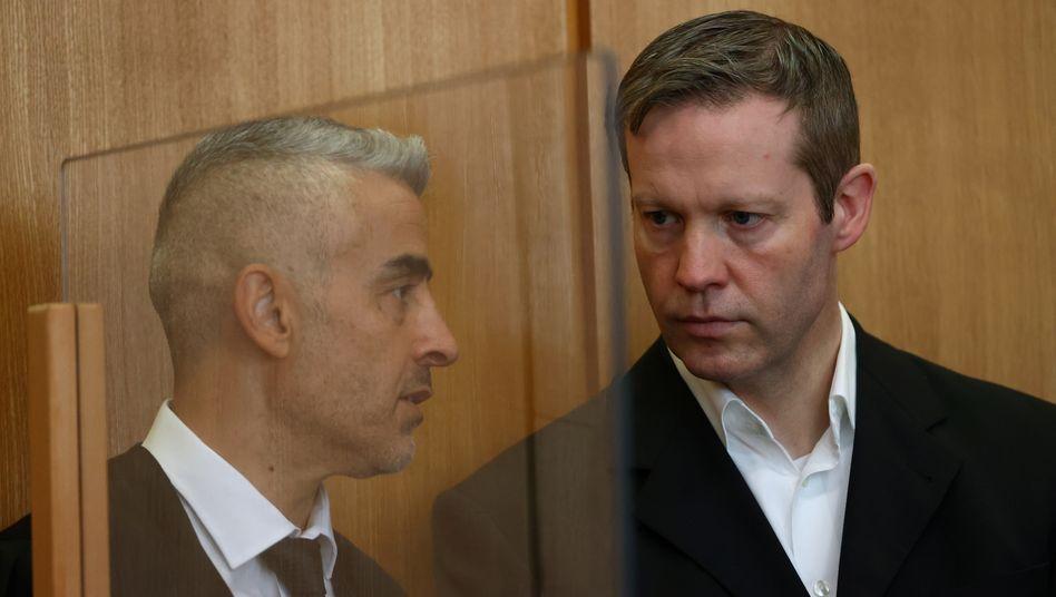 Angeklagter Ernst (r.) mit Verteidiger Kaplan: Verschiedene Versionen der Tatnacht