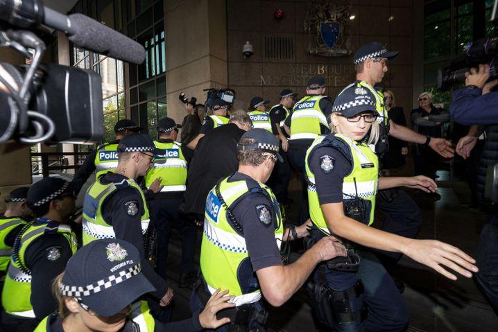 Pell am Gericht in Melbourne, umringt von Polizei und Presse