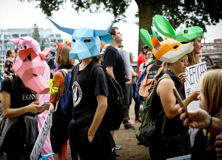 Füchse, Hasen, Bulle und Schweine gegen rechts: Mit Tiermasken verkleidet kamen linke Demonstranten