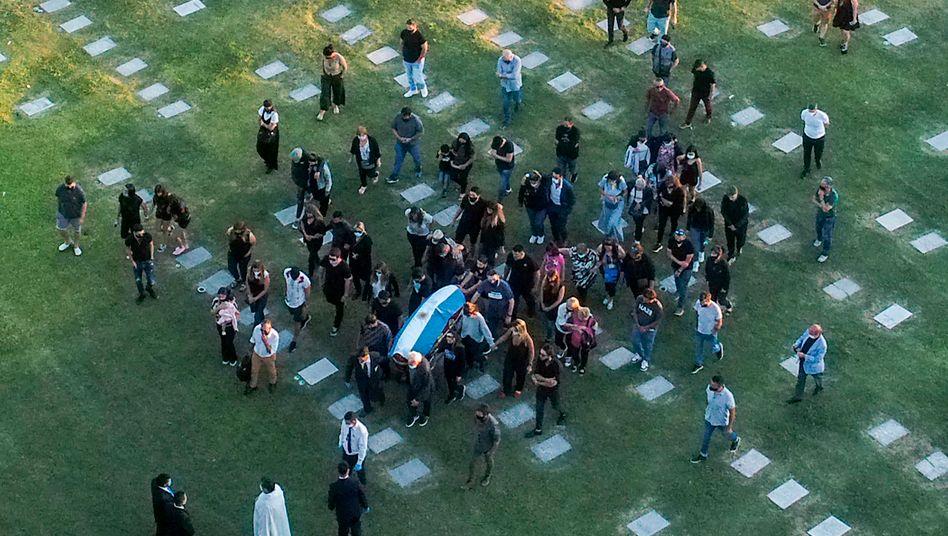 Luftaufnahme des Begräbnisses: Diego Maradona wurde auf dem Privatfriedhof Jardín de Bella Vista beigesetzt