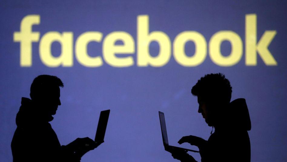 Silhouetten zweier Facebook-User
