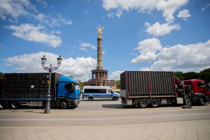 Die Polizei stoppt zwei Laster vor der Siegessäule