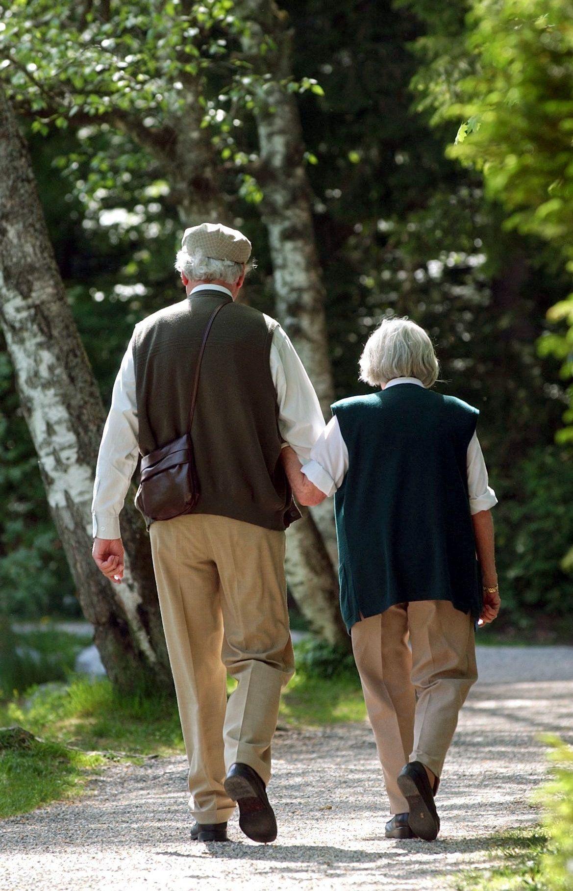 NUR FÜR SPAM Senioren beim Spaziergang