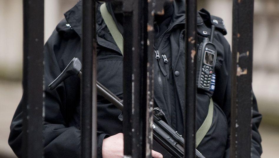 Bewaffneter Polizist am Tor zur Downing Street: Die Eliteeinheit, die Großbritanniens Regierung beschützt, ist durch Skandale in Verruf geraten