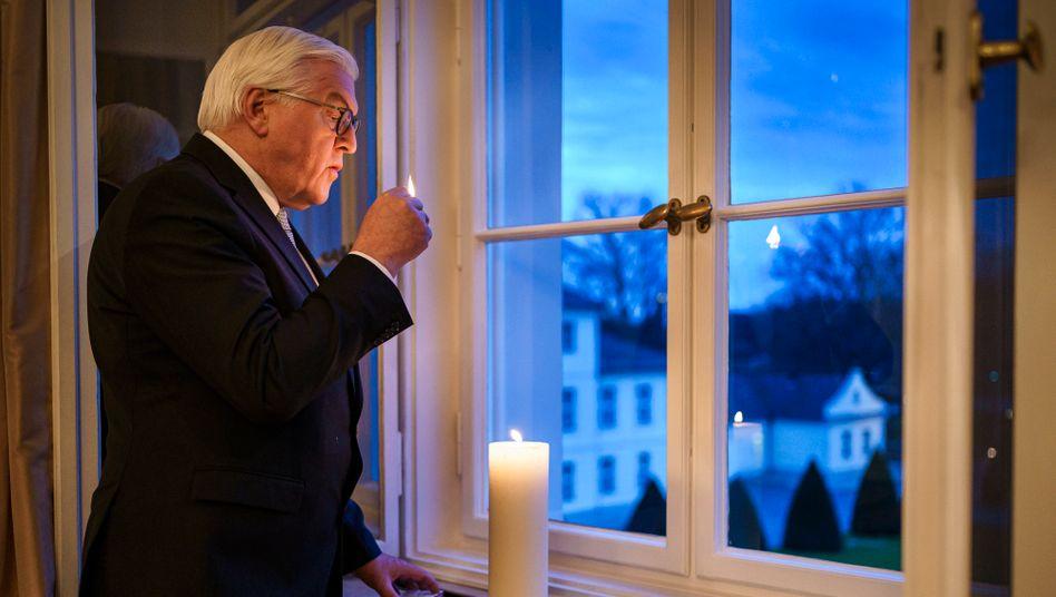 Bundespräsident Steinmeier entzündet eine Gedenkkerze – die Initiative steht in der Kritik
