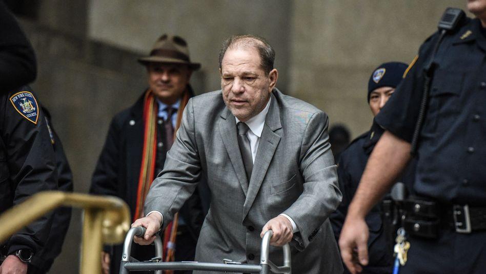 Burke hatte Weinstein bei Gericht kritisiert, weil dieser wiederholt auf seinem Handy getippt hatte