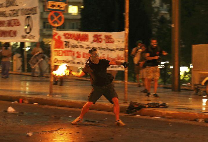 Krawalle in Athen: Während der Parlamentsdebatte kam es auf der Straße zu gewalttätigen Protesten
