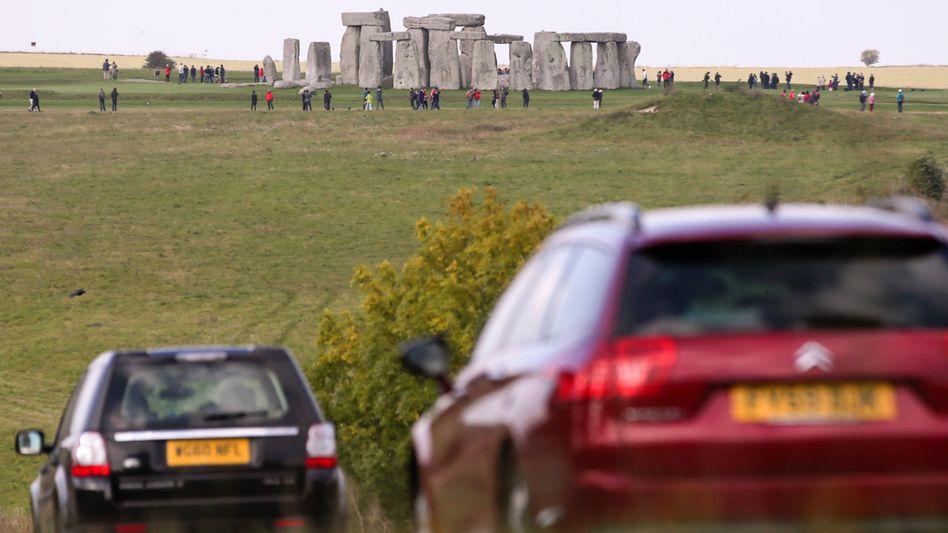 Autos auf der Straße A303 bei Stonehenge