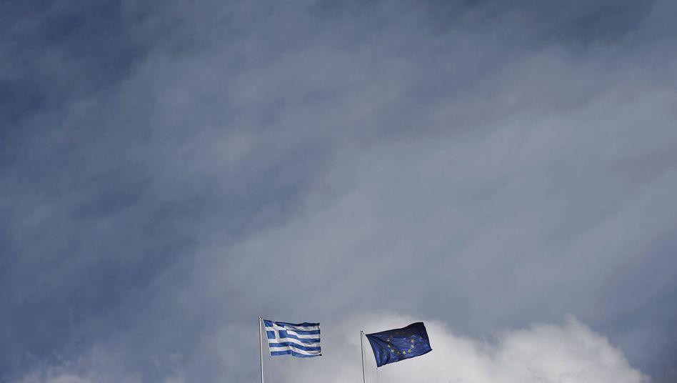 """Flaggen der EU und Griechenlands: Streit über den """"Grexit"""""""