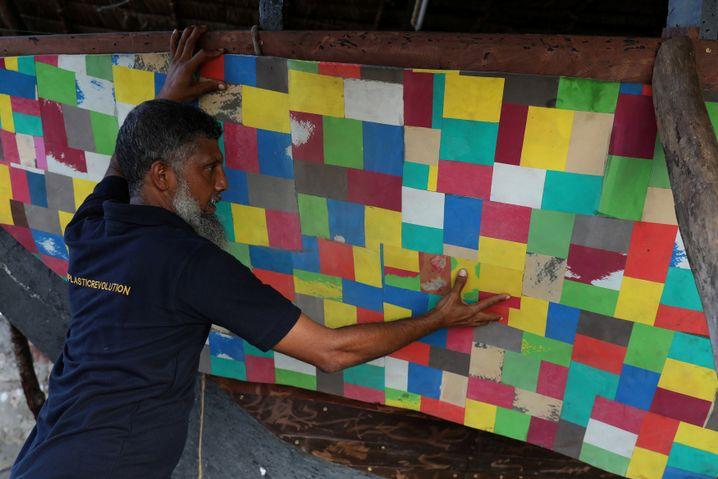 Bootsbauer Ali Skanda arbeitet an dem Schiff aus recyceltem Plastik