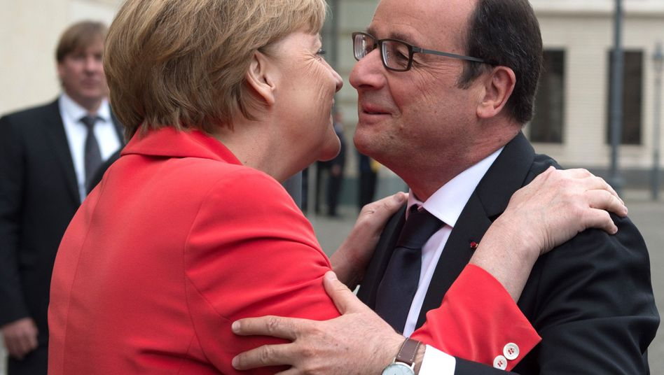 Petersberger Dialog: Bundeskanzlerin Angela Merkel (CDU) begrüßt den französischen Staatspräsidenten François Hollande