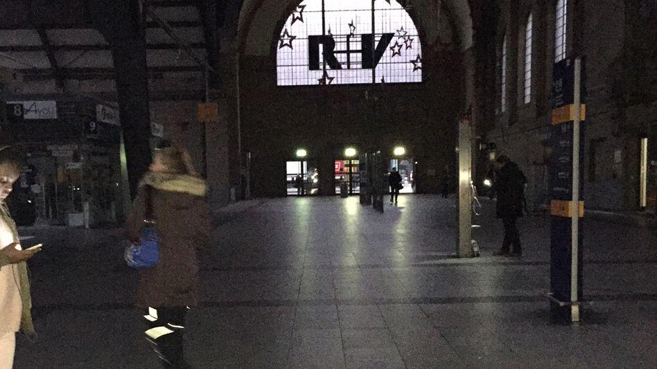 Hauptbahnhof in Wiesbaden - nur die Notbeleuchtung geht